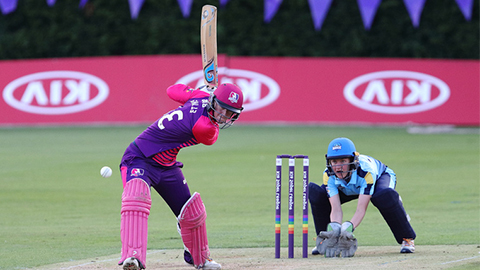 Georgia Elwiss takes aim for Loughborough Lightning.